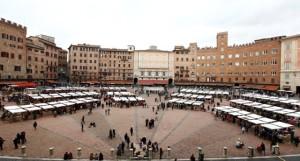 mercato bancarelle in piazza del campo